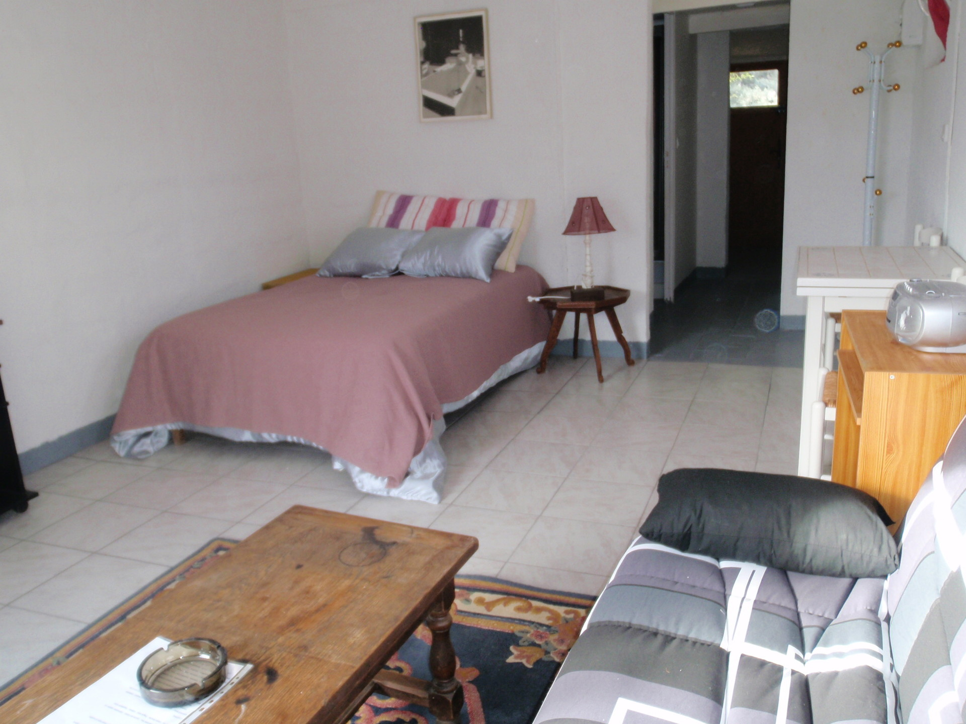 Room for rent in 3-bedroom apartment in Nimes