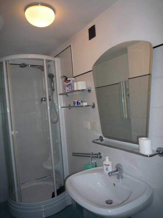 Camera doppia con cabina armadio e bagno privato vicino - Cabina armadio con bagno ...