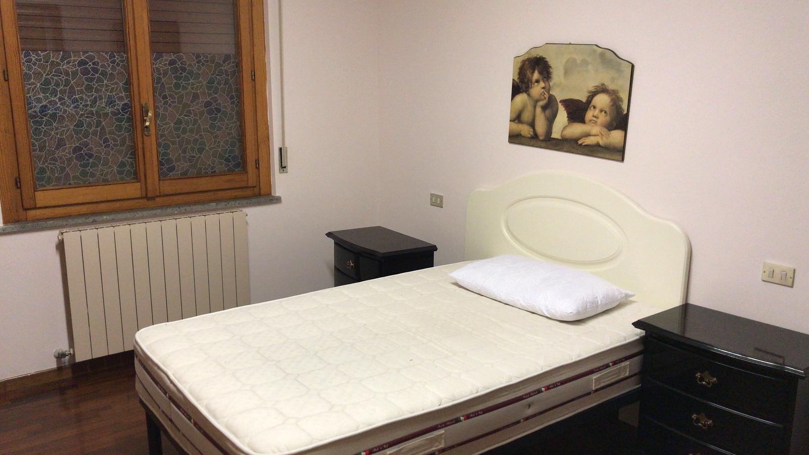 Camera da letto arredata di 15,45 mq , Camera studio arredata, singola, di  8,45 mq e Bagno personale, ben attrezzato.
