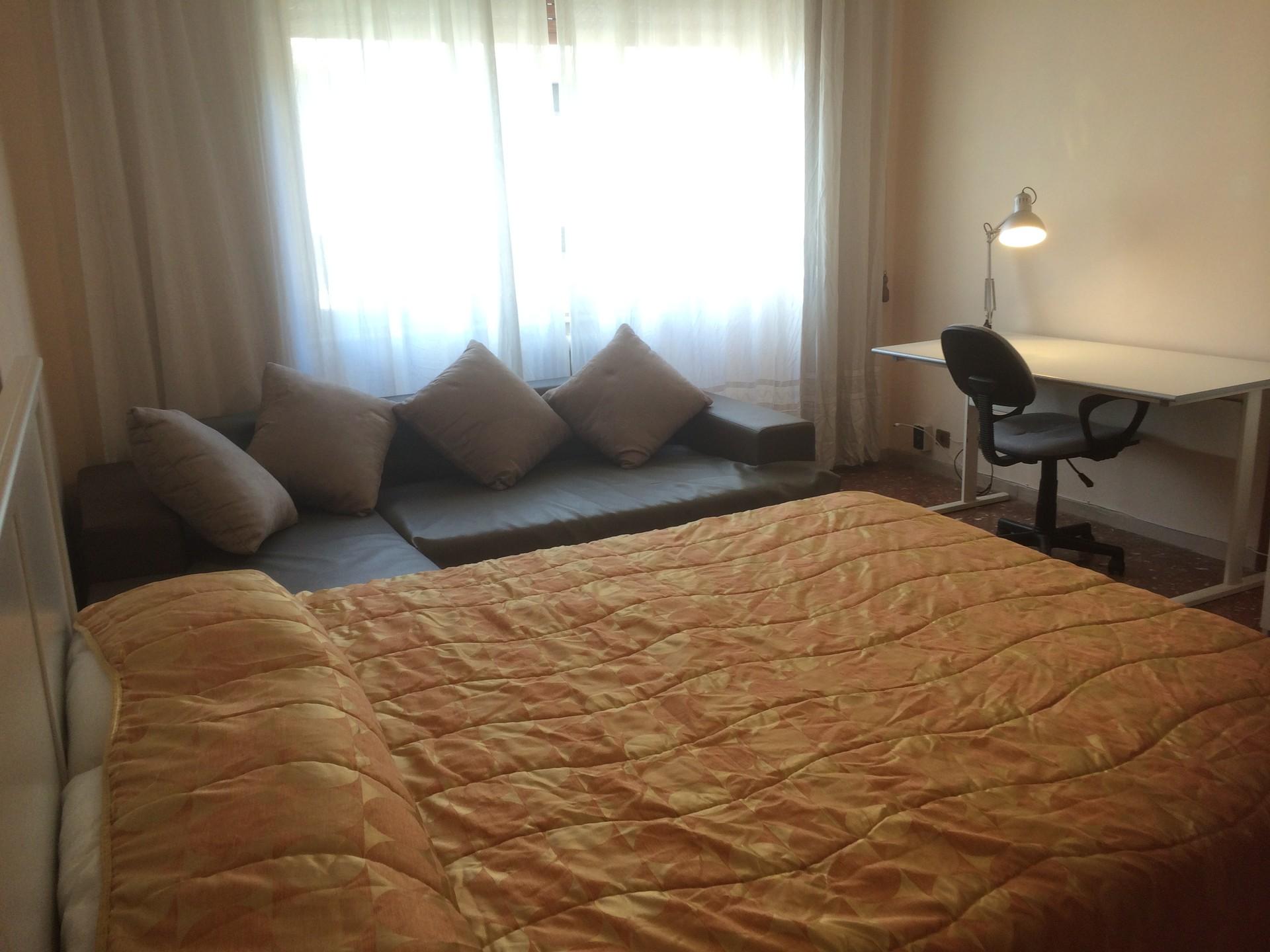 Camera con letto matrimoniale in appartamento, ampio, luminoso ...