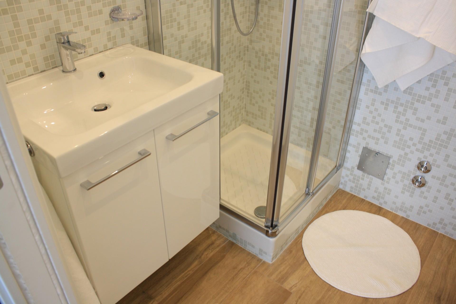 Camera singola doccia e lavabo in camera wc in condivisione stanze in affitto milano - Doccia in camera da letto ...