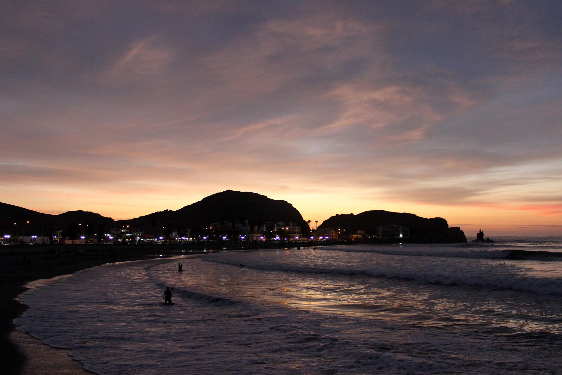 Resultado de imagen para caminata en la playa noche