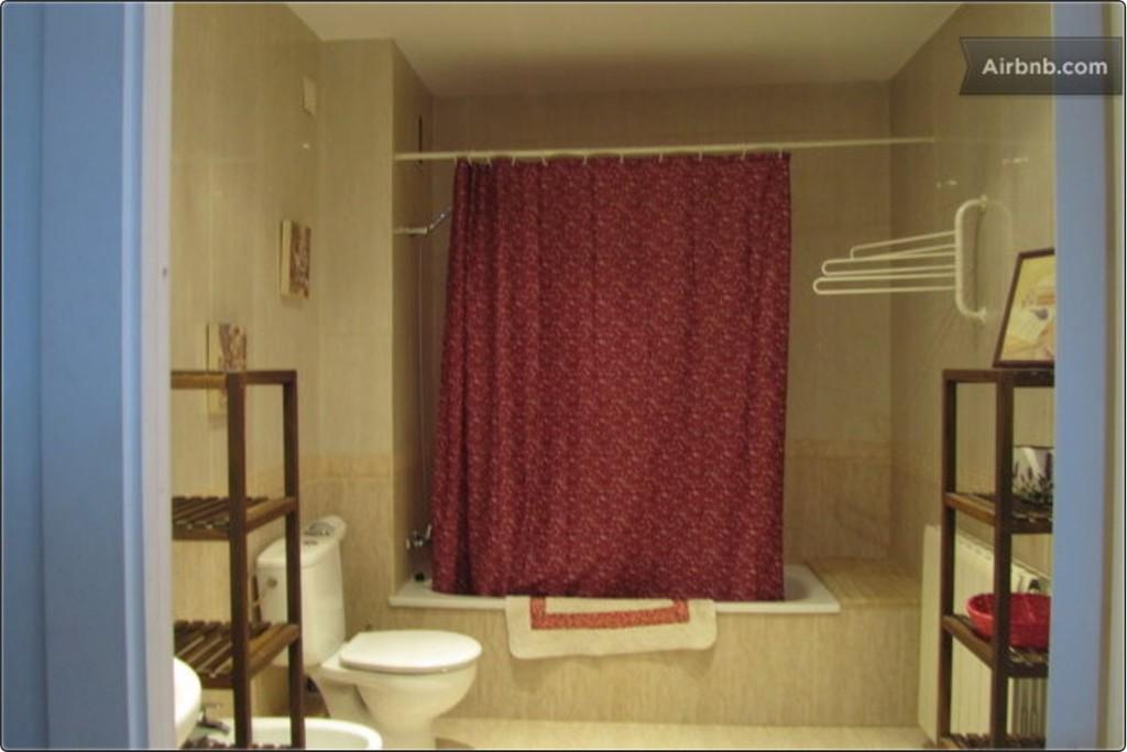 Casa grande de 4 habitaciones tres ba os salon comedor for Casa con jardin alquiler barcelona
