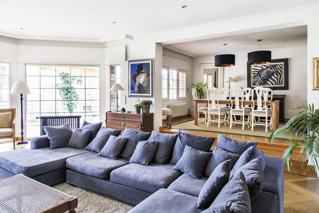 Casa muy grande con piscina privada y jardin lujo s lo for Casa moderna blanca con piscina