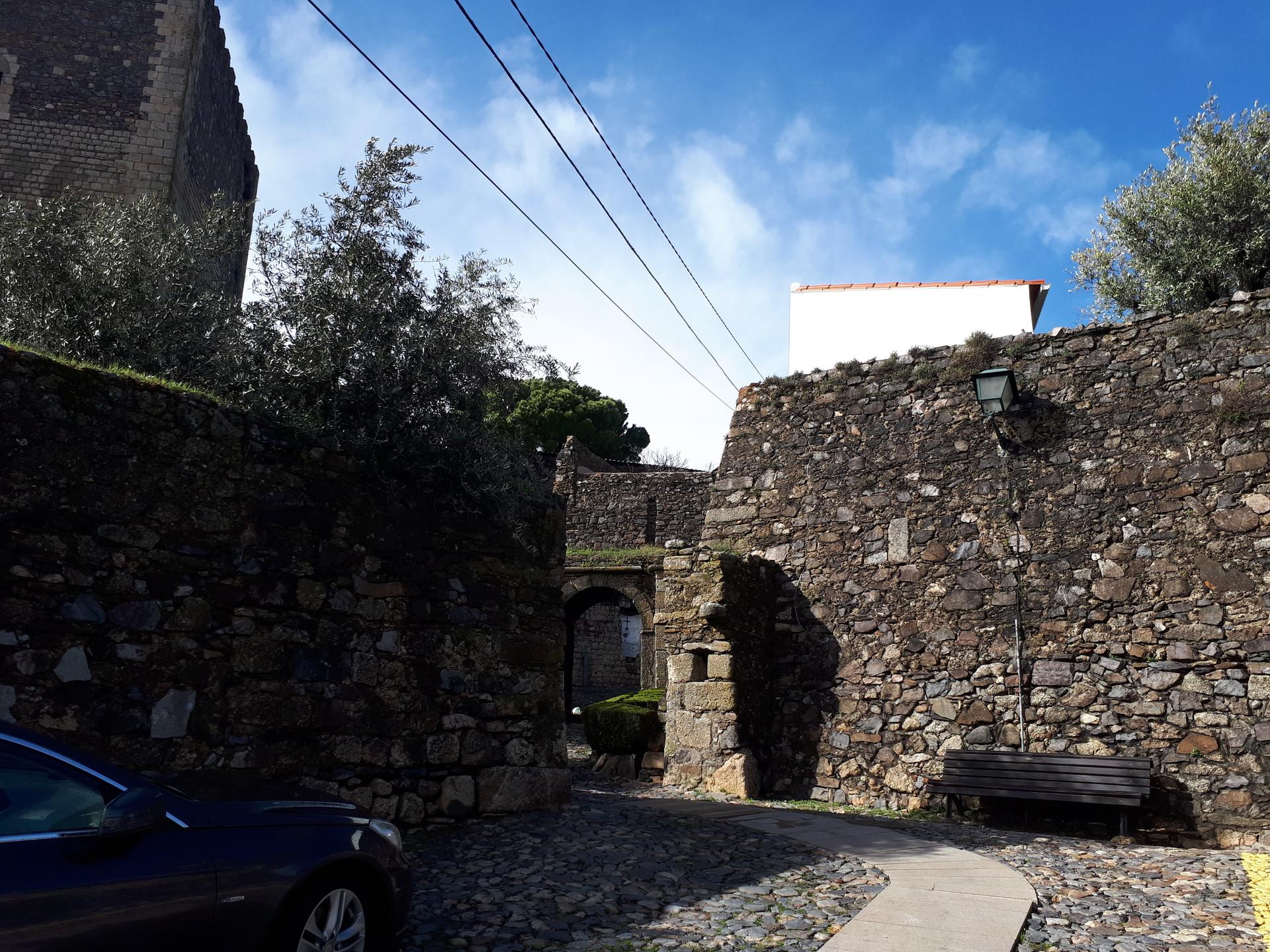 Casa tradicional brasonada, no interior das muralhas do castelo,