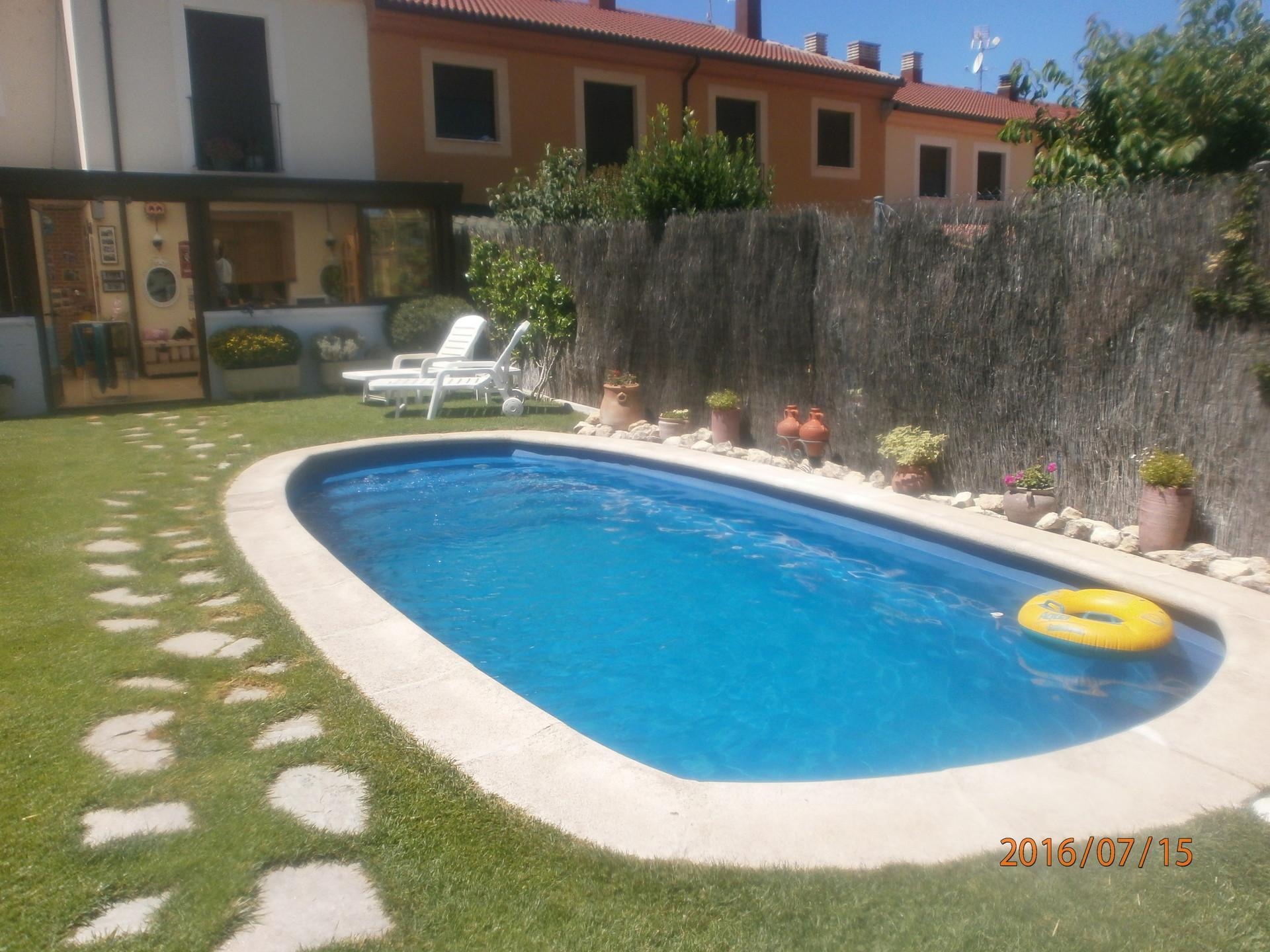 Chalet con jardin y piscina residencias universitarias for Chalets con piscina para alquilar en verano