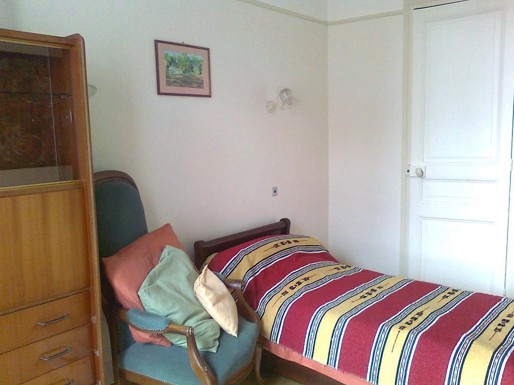 chambre 12m2 avec cabinet toilette chez l 39 habitant d 39 un appartement bien situ par rapport aux. Black Bedroom Furniture Sets. Home Design Ideas