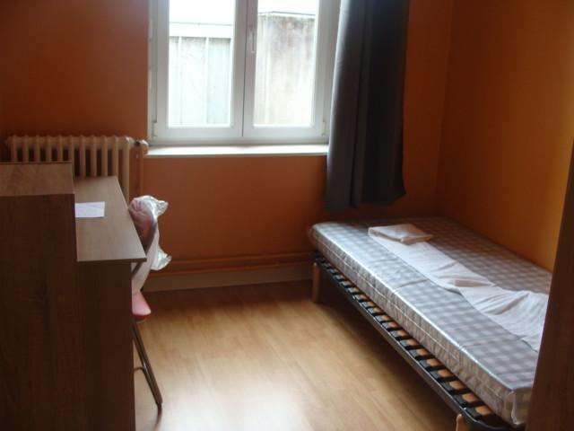 Chambre ensolleillée sur rue au 1er étage d'un immeuble de 3 éta