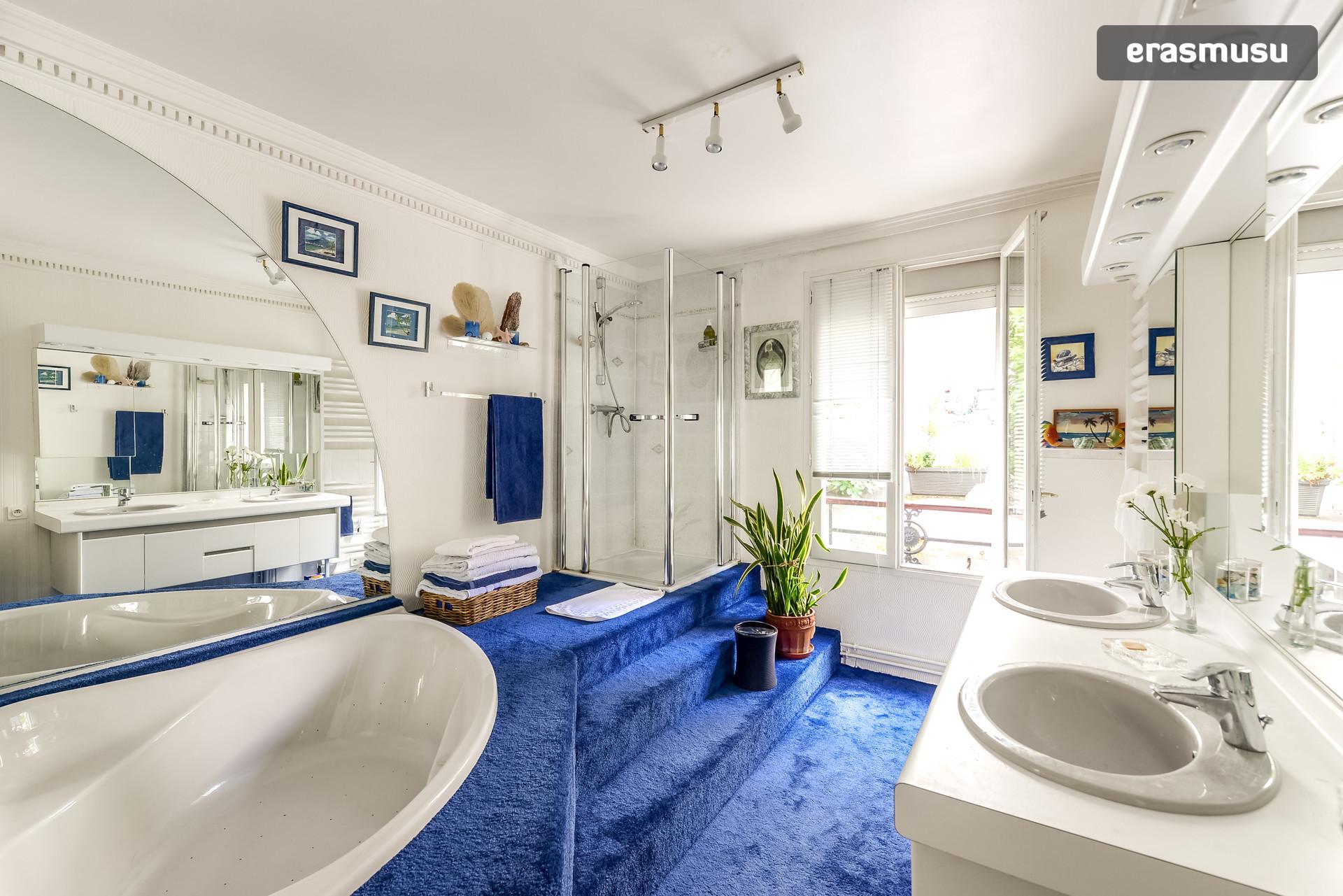 Chambre individuelle avec salle de bain privée et toilette privées ...