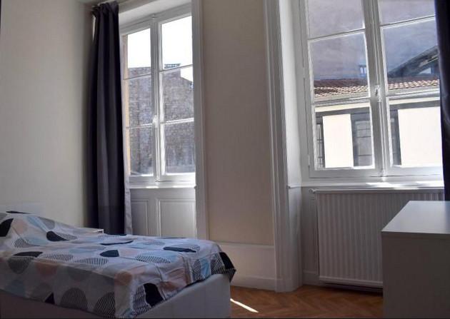 Chambre lumineuse avec 2 grandes fenêtre, côté cour