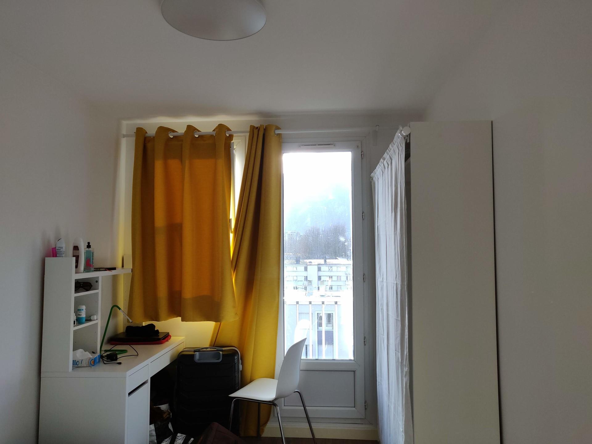 Chambre lumineuse avec grand lit, bureau et rangements