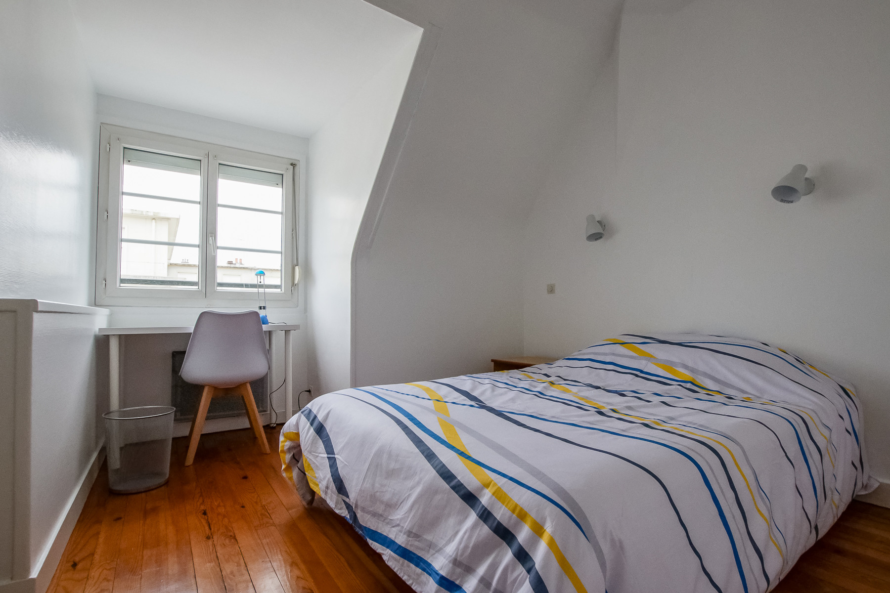 Chambre Meublée Parquetée De 10 M² Rénovée Récemment Location