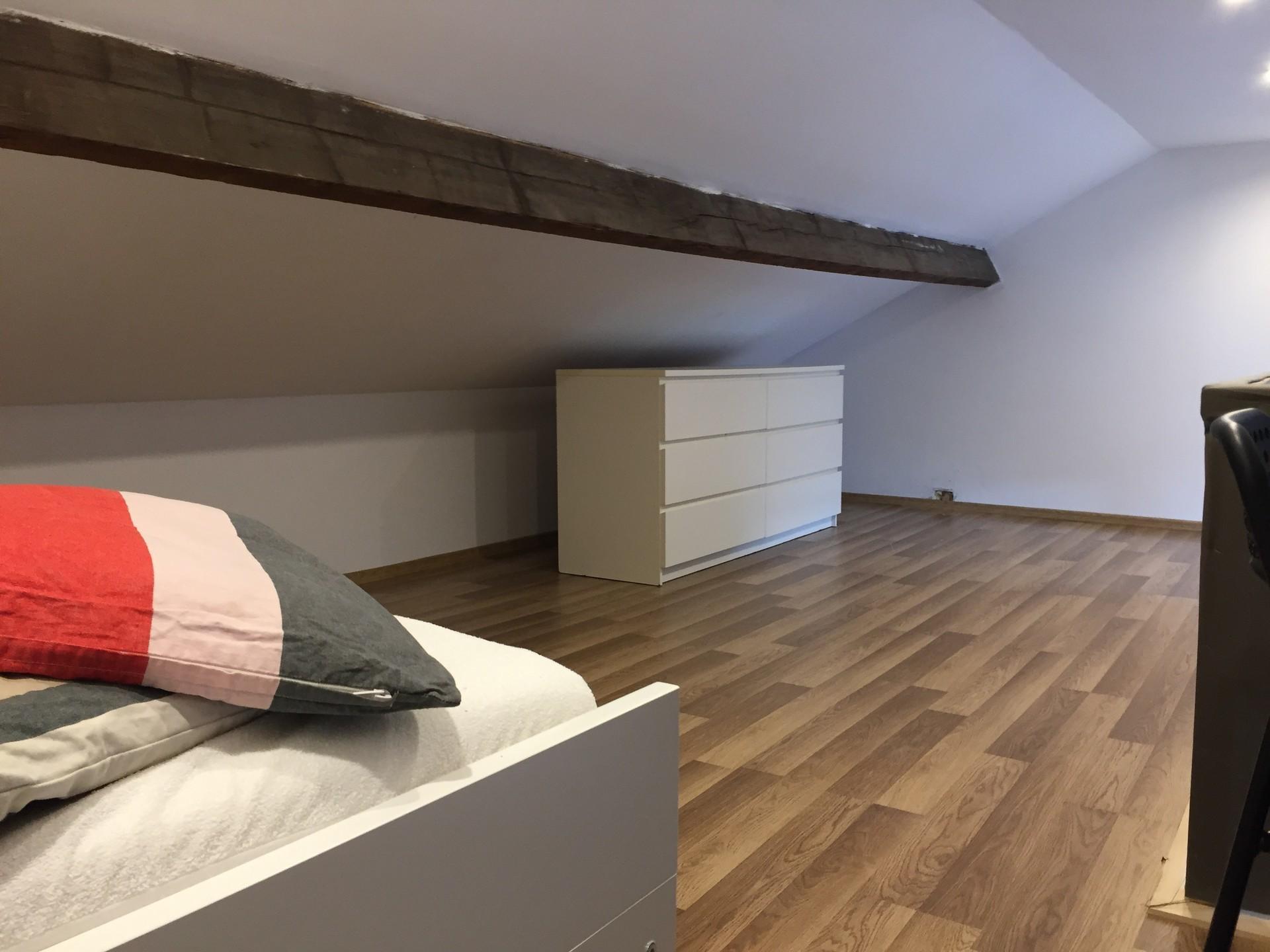 chambre en mezzanine dans appartement deux chambres location chambres namur. Black Bedroom Furniture Sets. Home Design Ideas