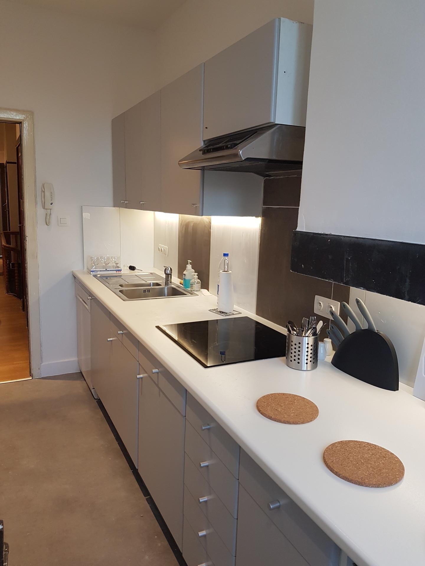 chambre avec salon et cuisine et salle de bain partager. Black Bedroom Furniture Sets. Home Design Ideas