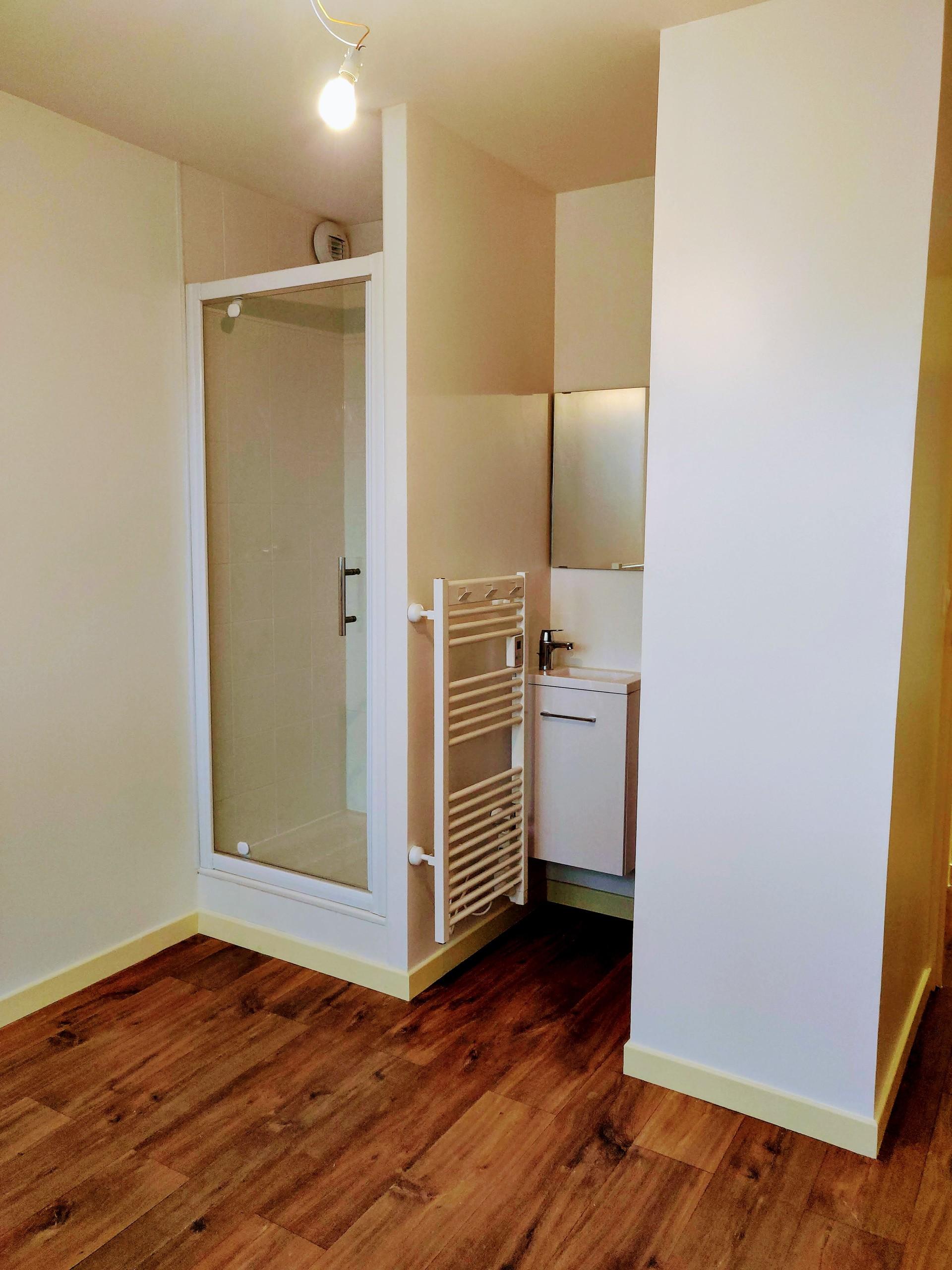 Chambre spacieuse et lumineuse avec grand lit, bureau et rangeme