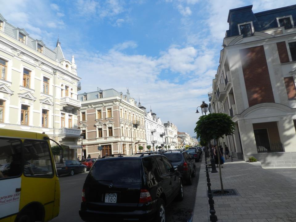 Chodząc po typowej ulicy w Tbilisi