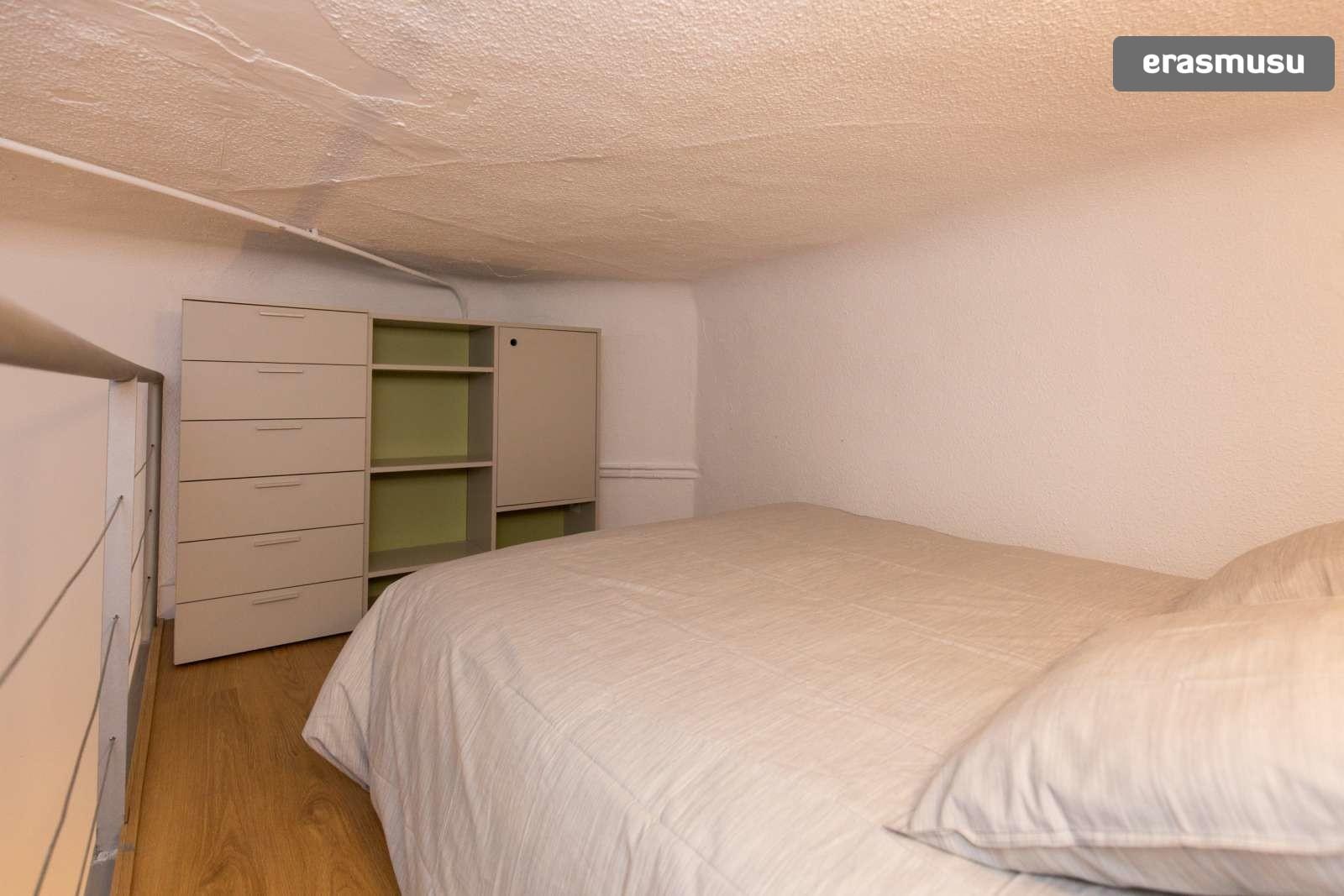 colourful-studio-apartment-rent-city-centre-07bd1b6e9f2acf45a60b