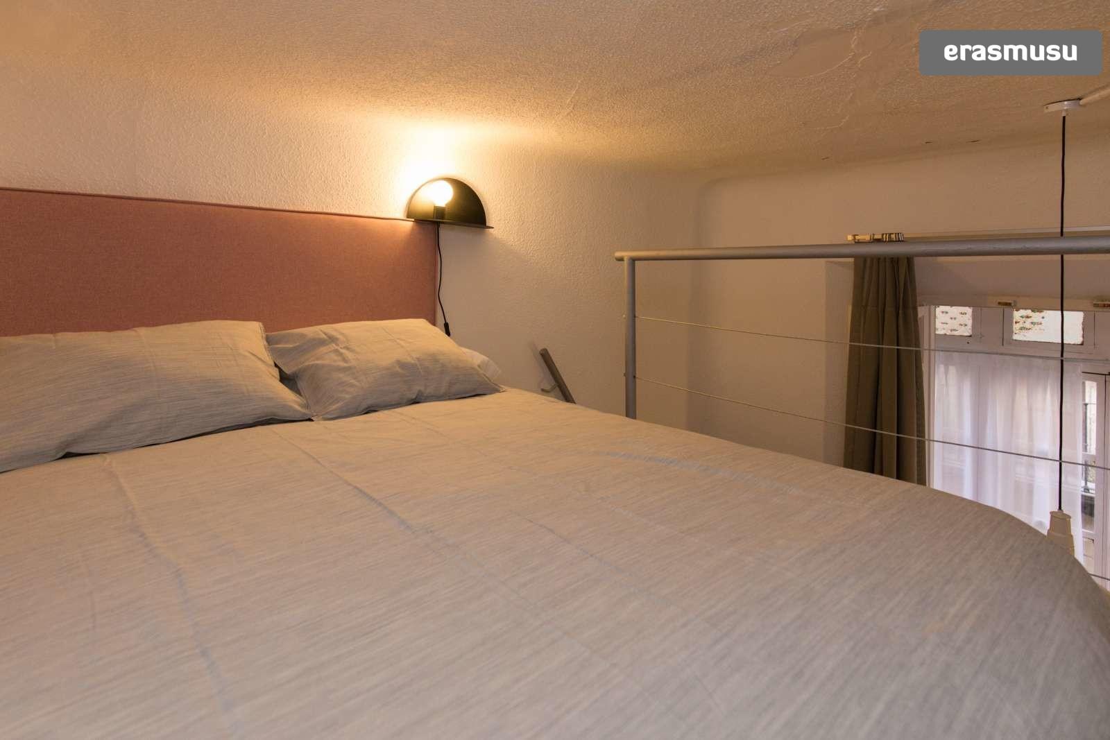 colourful-studio-apartment-rent-city-centre-d2a3b10470b2d045f8b2