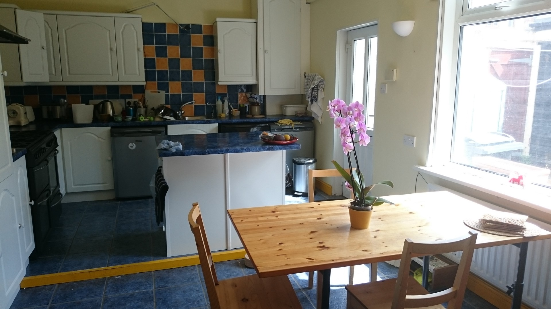 Comfortable light airy room in shared house close to sea front,