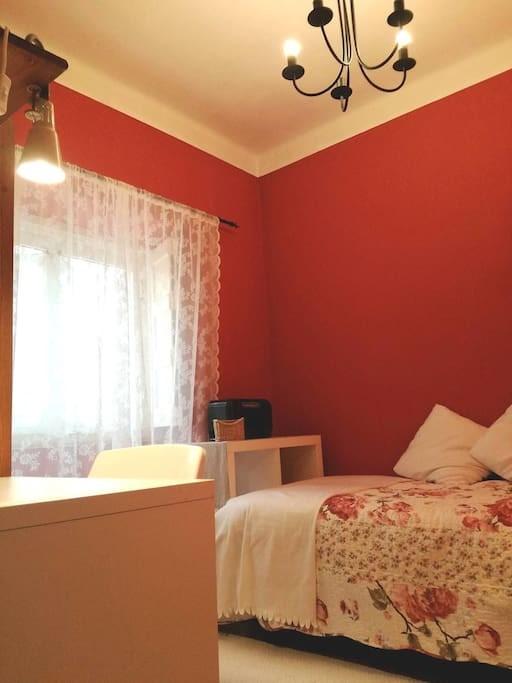 cosy-single-room-family-house-backgarden-c2e42e63a41e6d891ff769dfcaa20768