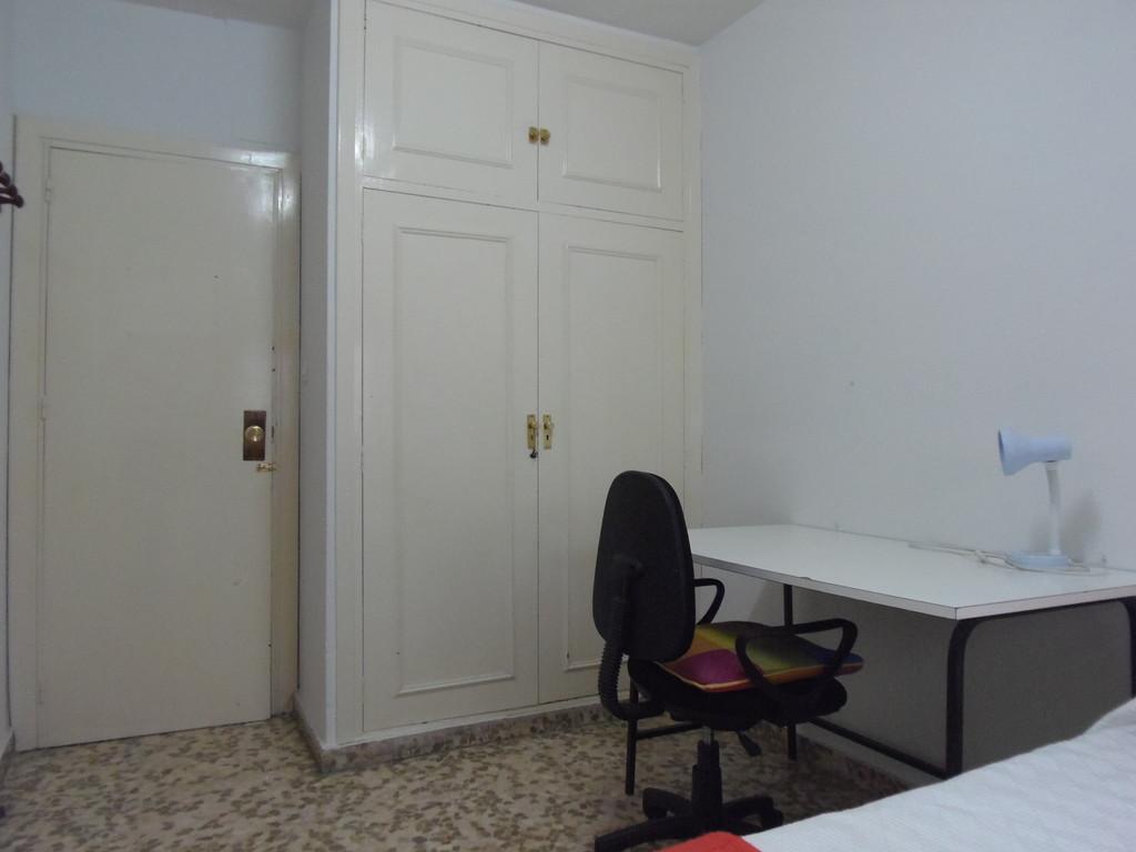 Cozy room in Calle Emperatriz Eugenia 13, Granada, Spain