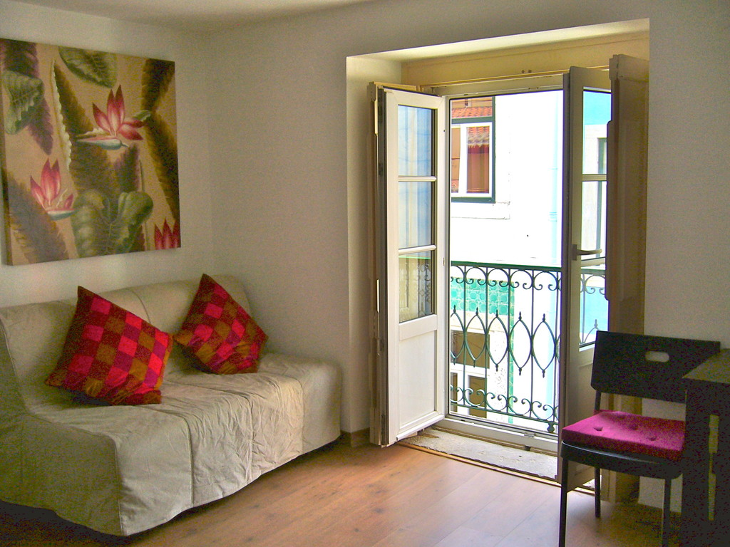 Cute apartment in old lisbon bairro alto flat rent lisbon for Cute apartments
