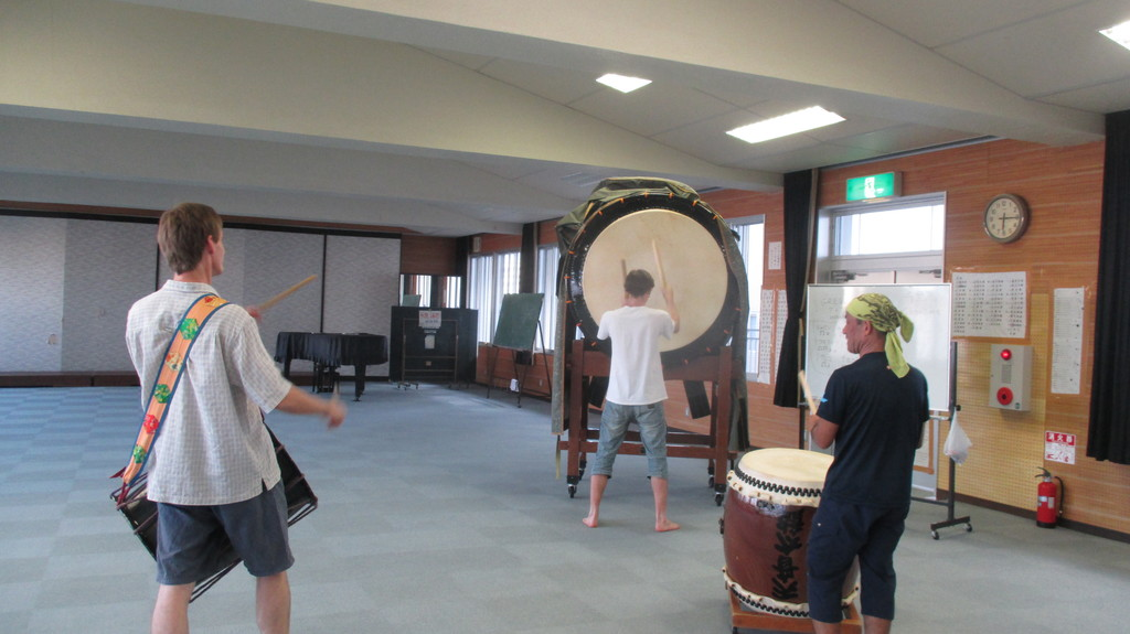 day-14-new-family-playing-taiko-drums-4a