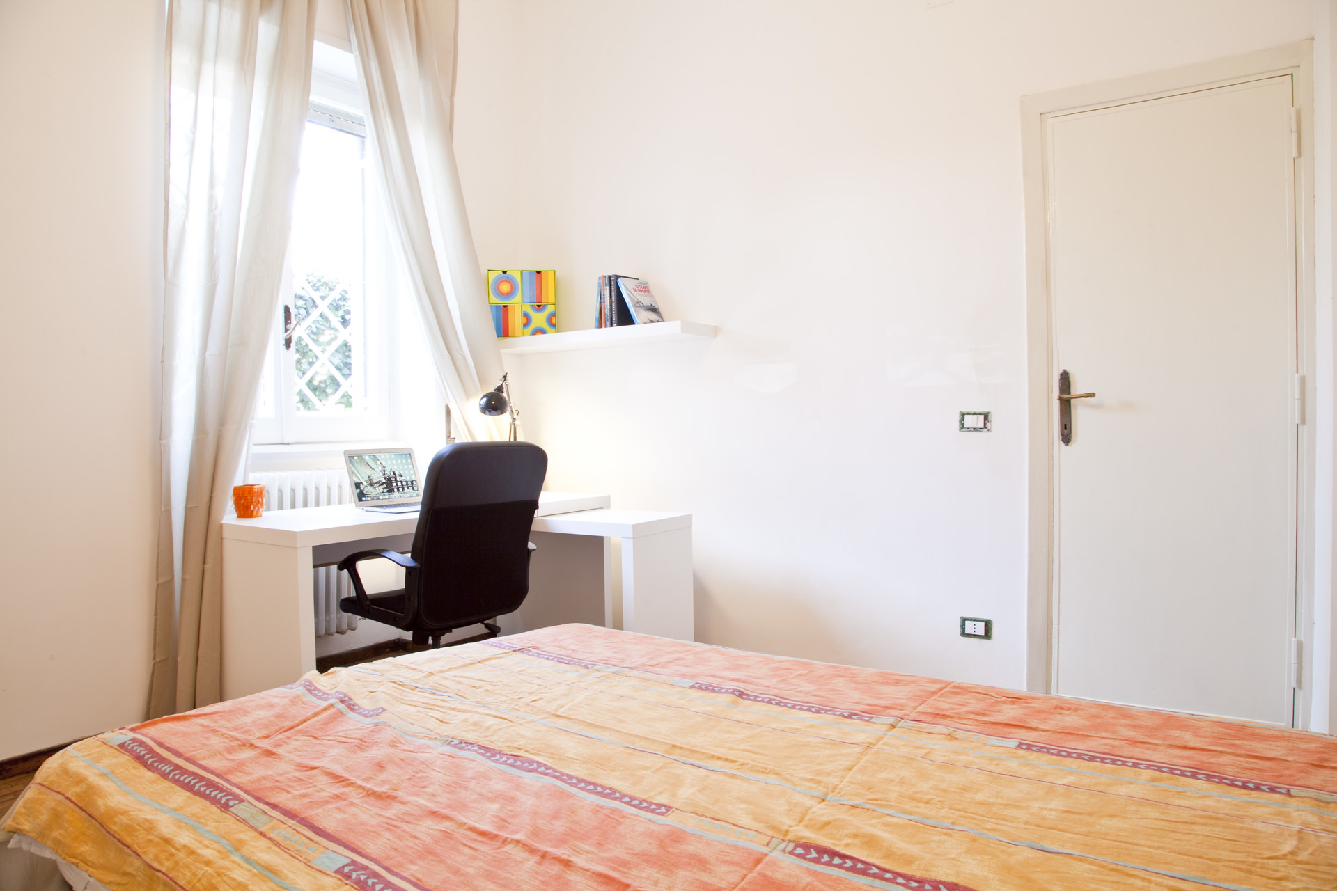 Deliziosa e luminosa ampia camera con letto ad una piazza e mezzo ...