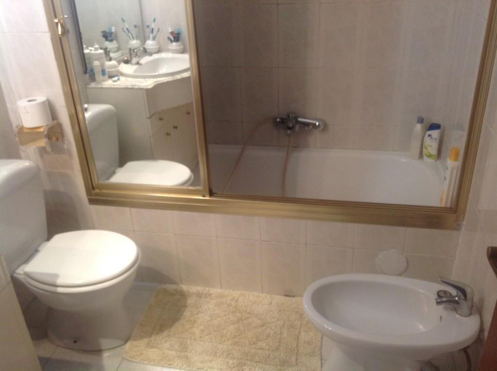 Habitaci n contv wifi sala de estar 2 ba os y cocina for Sala 8 y medio alicante