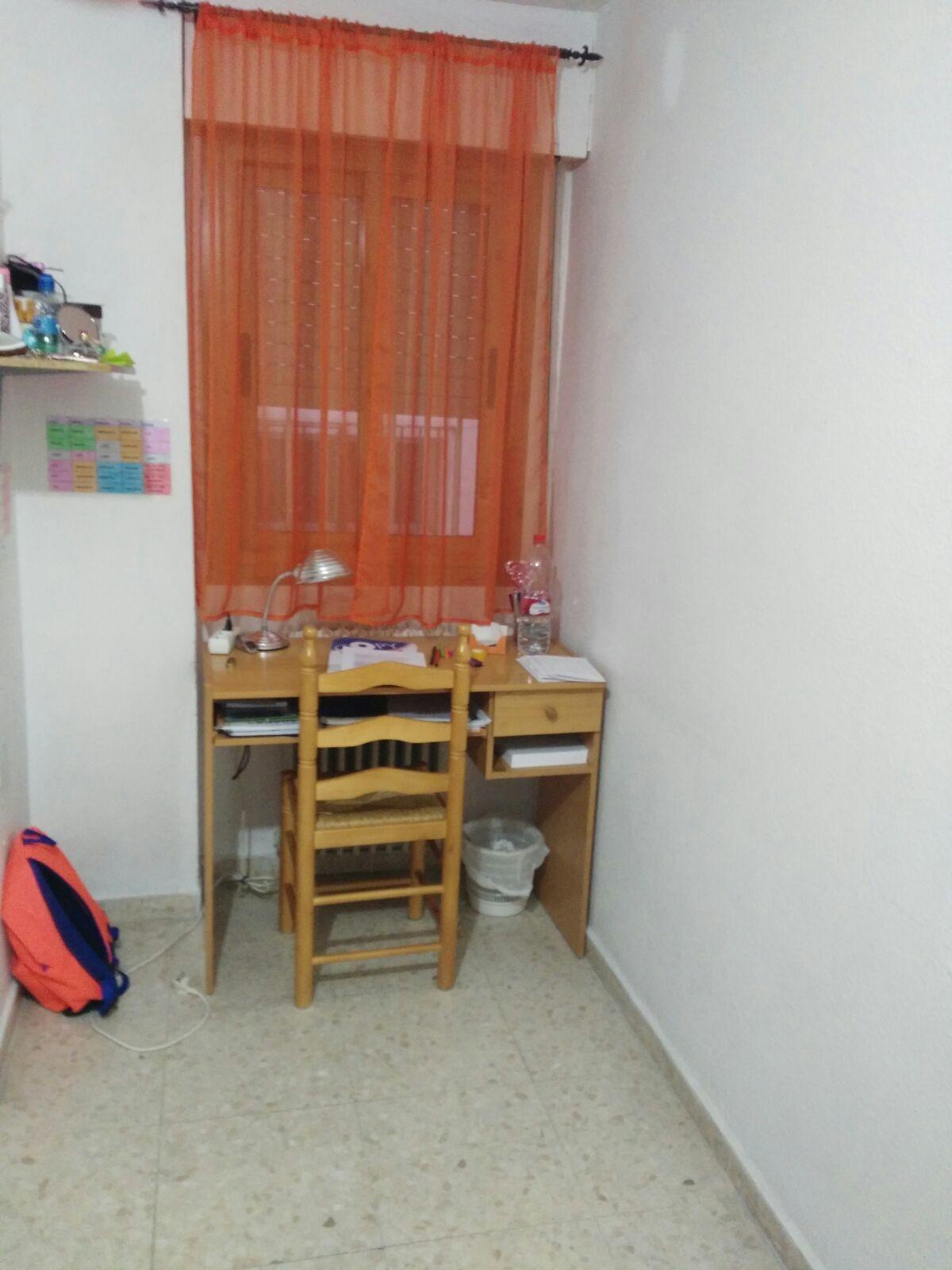 Dormitorio en piso amplio y luminoso en granada