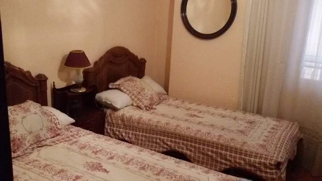Estupenda habitaci n con dos camas en amplio piso de for Habitaciones individuales en alquiler
