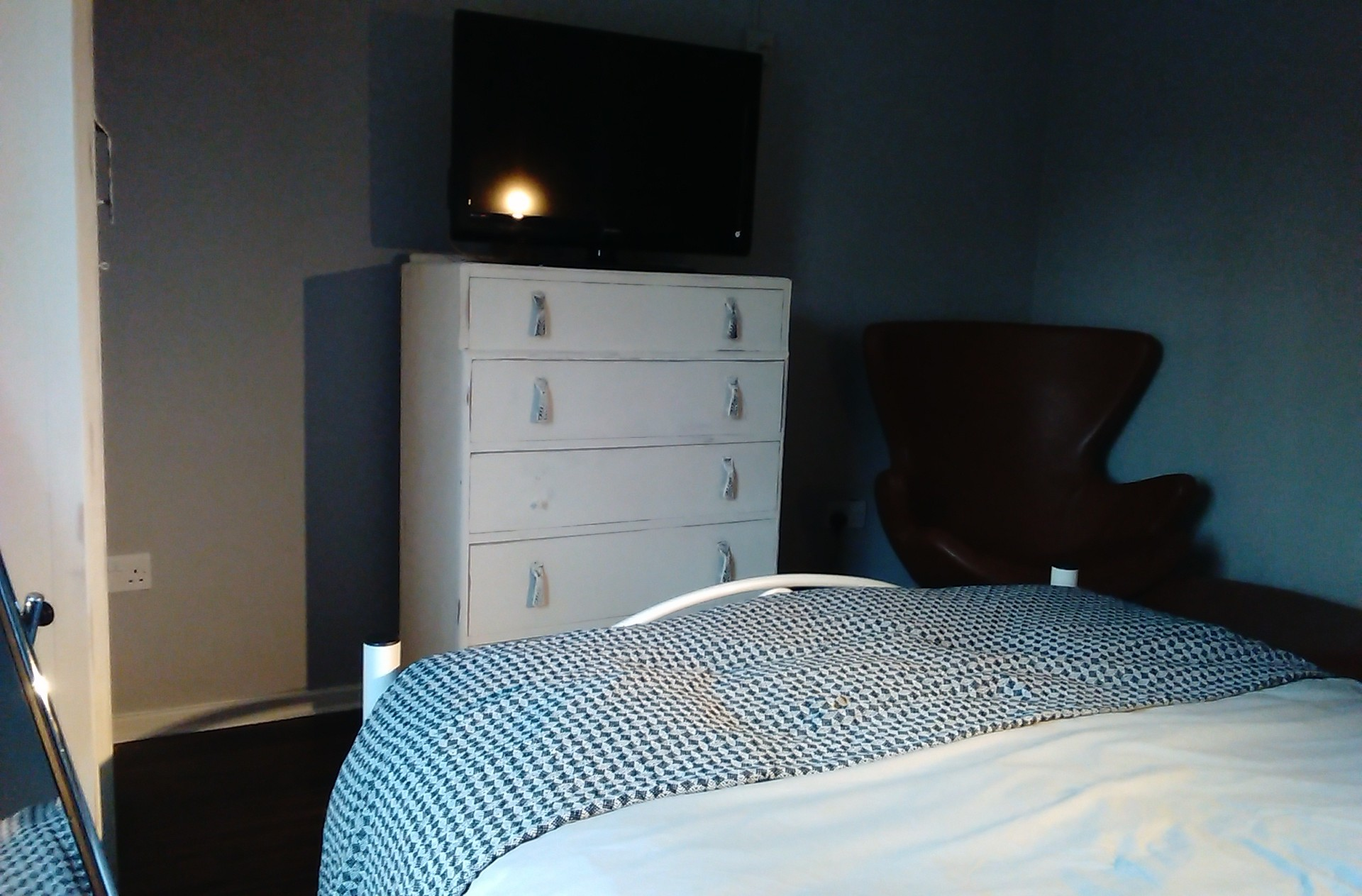 Double room in 2 bed 2nd floor city centre flat.