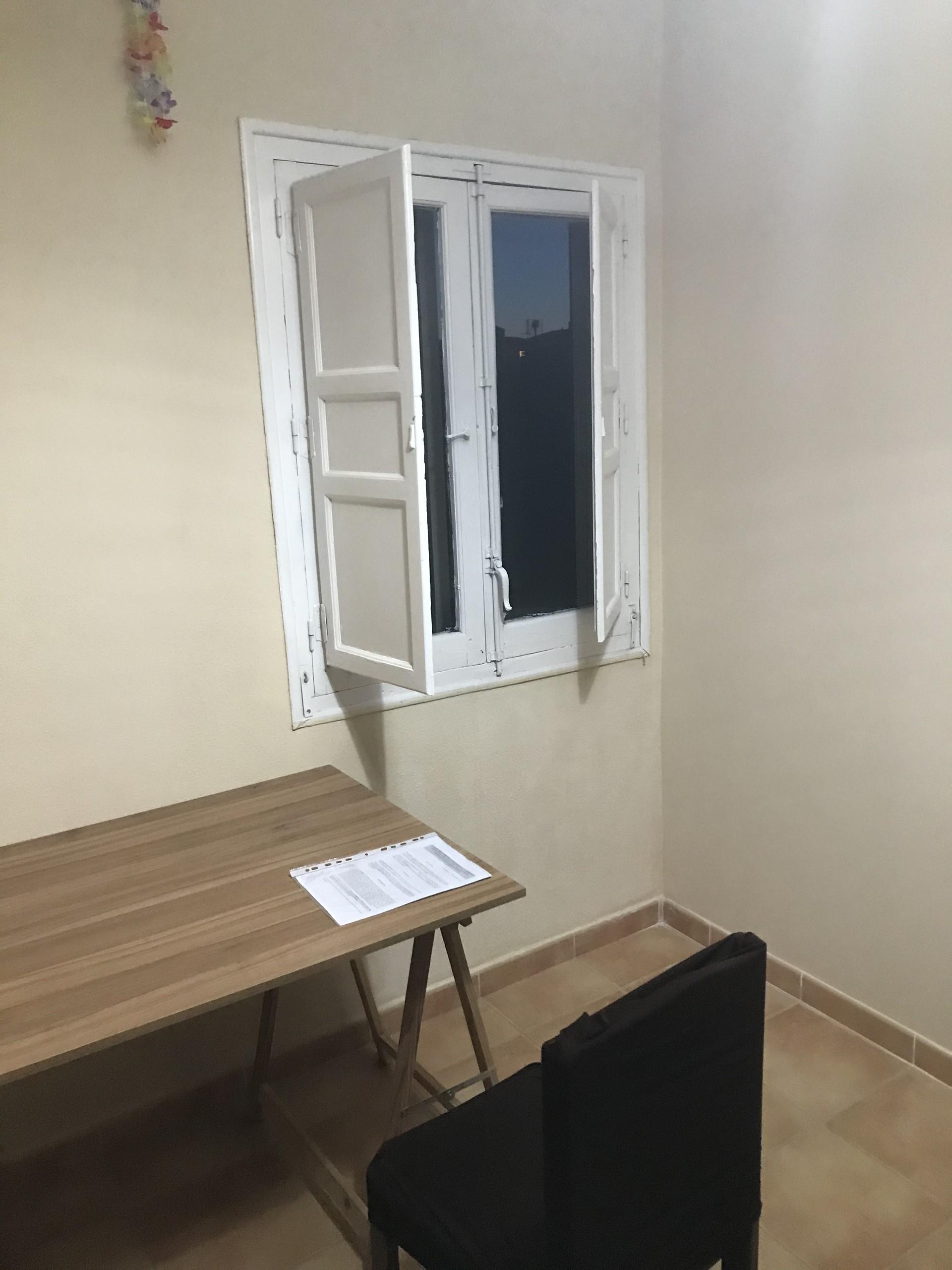 Habitación amarilla con armario empotrado y muchís