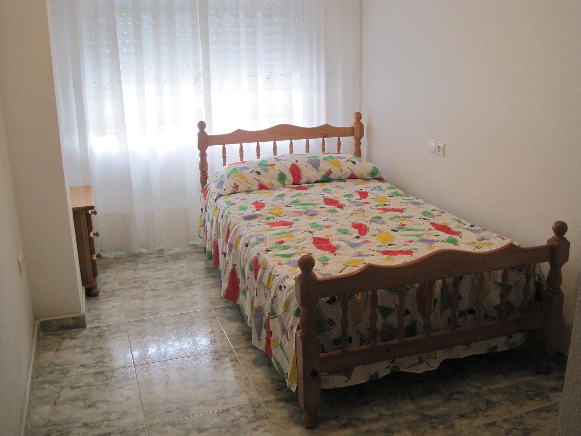 habitación juvenil con cama de  , baño, armario, e