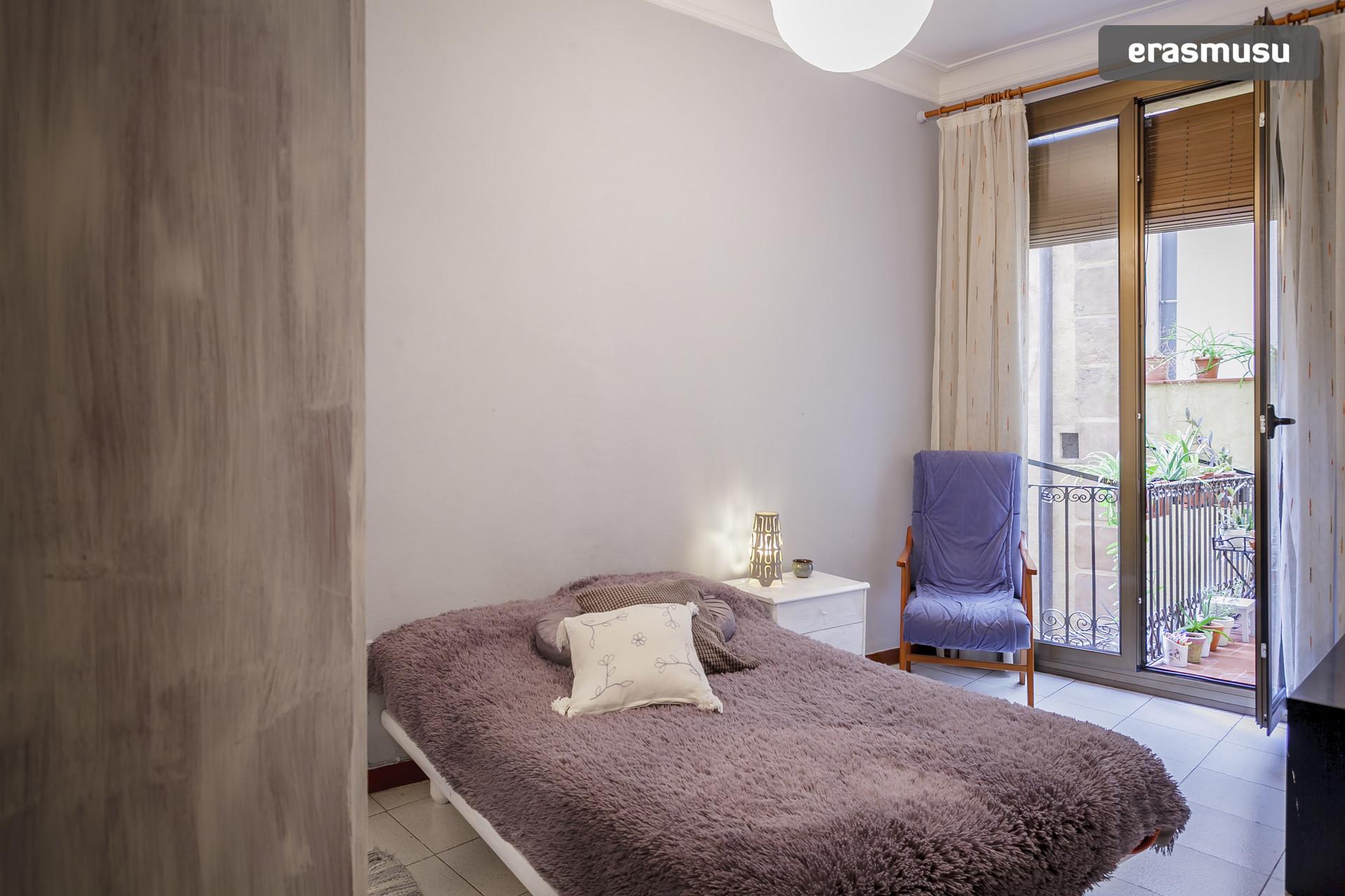 Estupenda habitacion en amplio piso y excelente ubicacion.