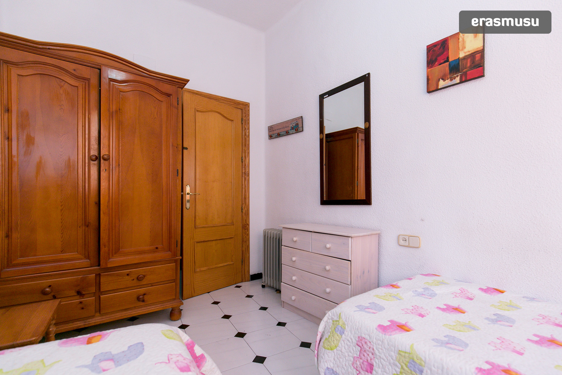 Estupenda habitación con dos camas, muy luminosa en pleno corazó