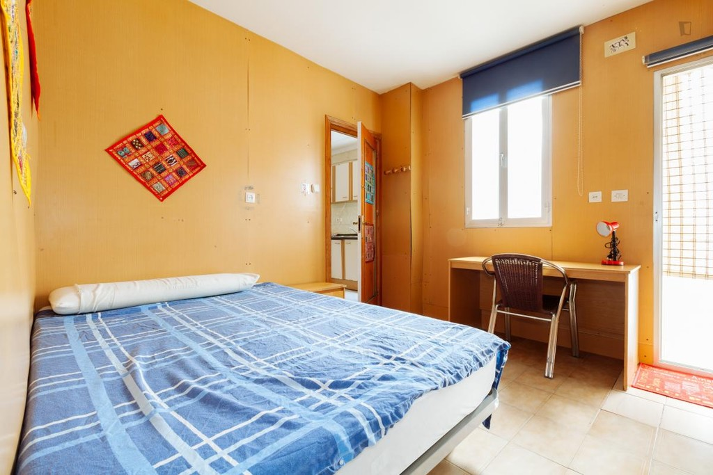 Large double room in the center of granada alquiler for Alquiler de habitaciones en apartamento compartido