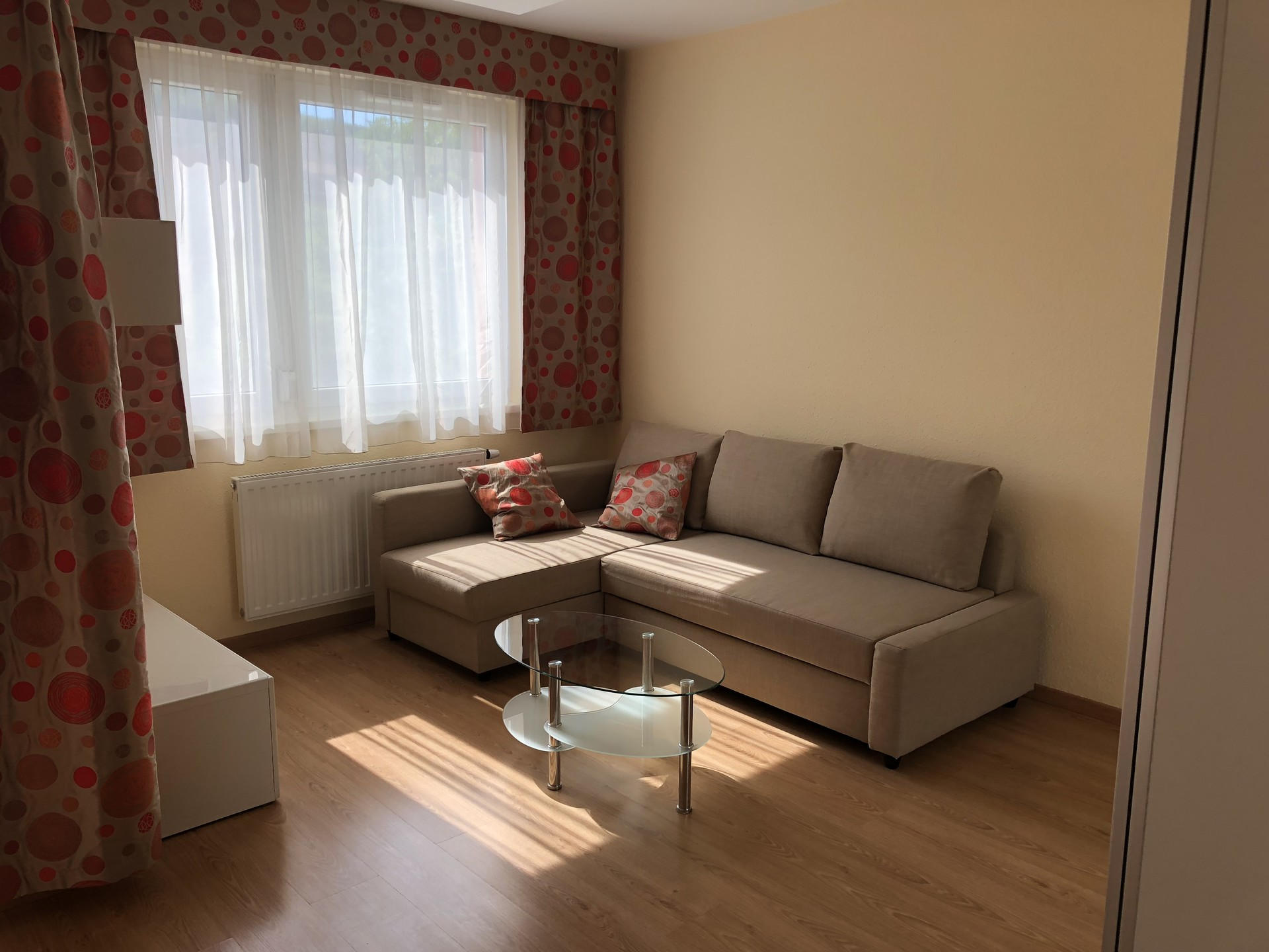 exclusive-fully-furnished-sunny-room-apartment-budapest-55cbdef56802e8a7c2b2fb938d4783bd