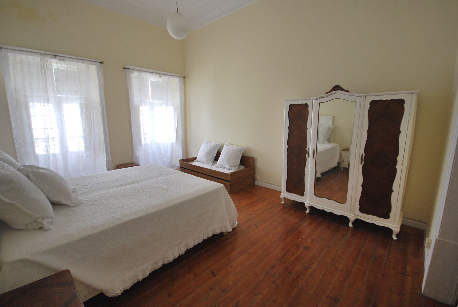 extra-large-rooms-in-traditional-amanzing-house-6c7de493a7491654e2b07e60284a18ff