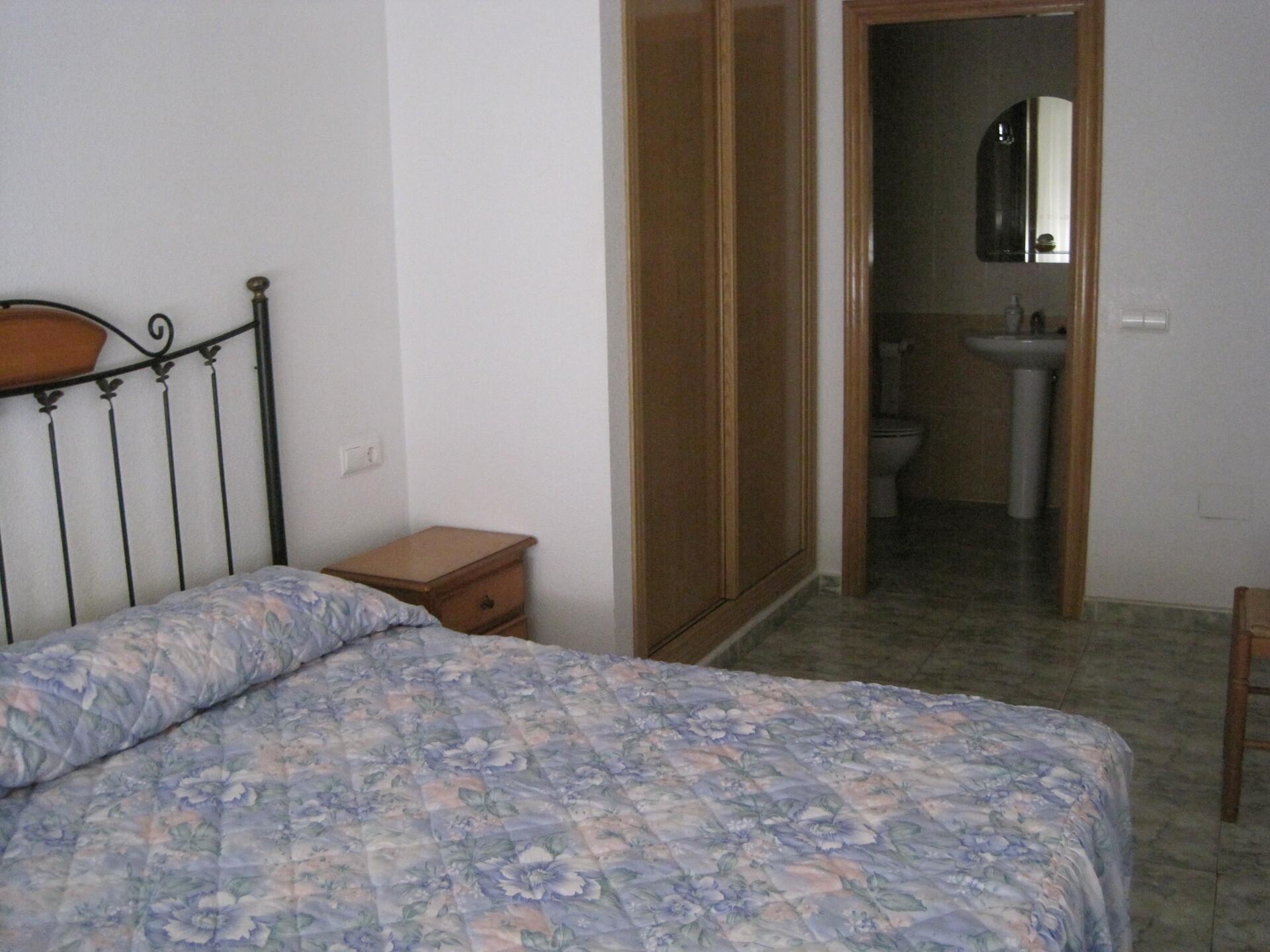Habitación muy amplia con aseo, armario ,escritori