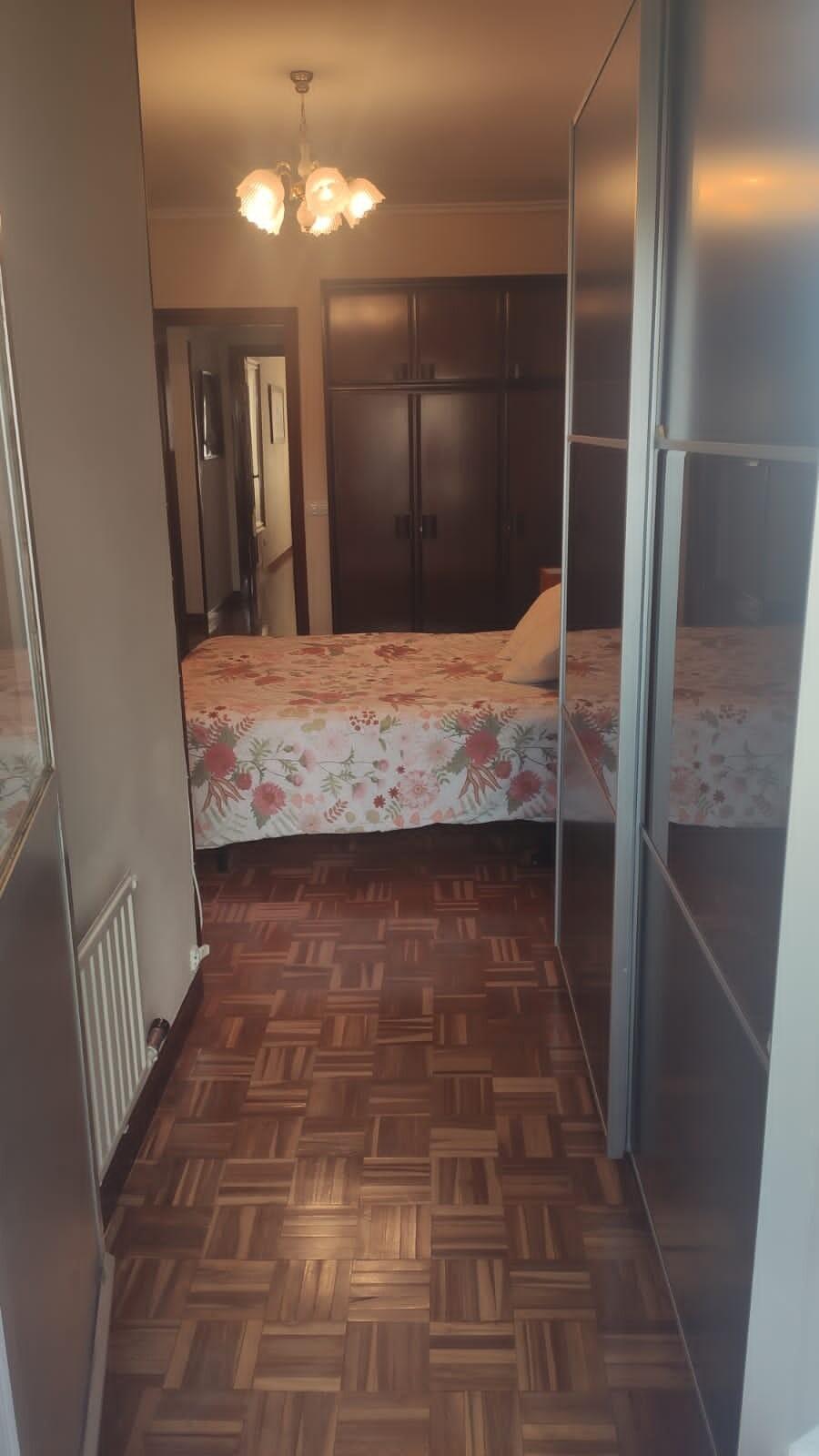 Se alquila habitación con balcón en zona céntrica