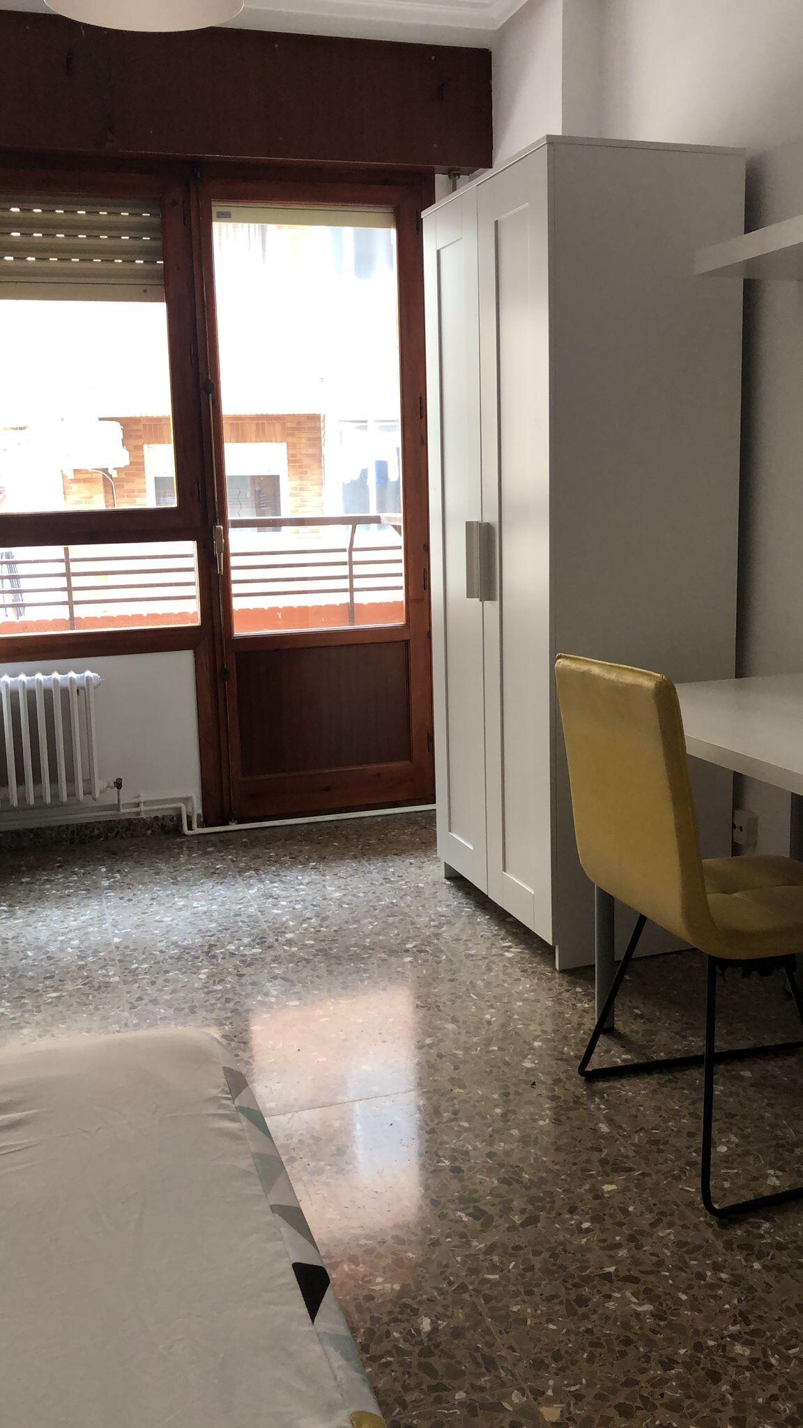 Amplia habitación en pleno centro de Albacete con