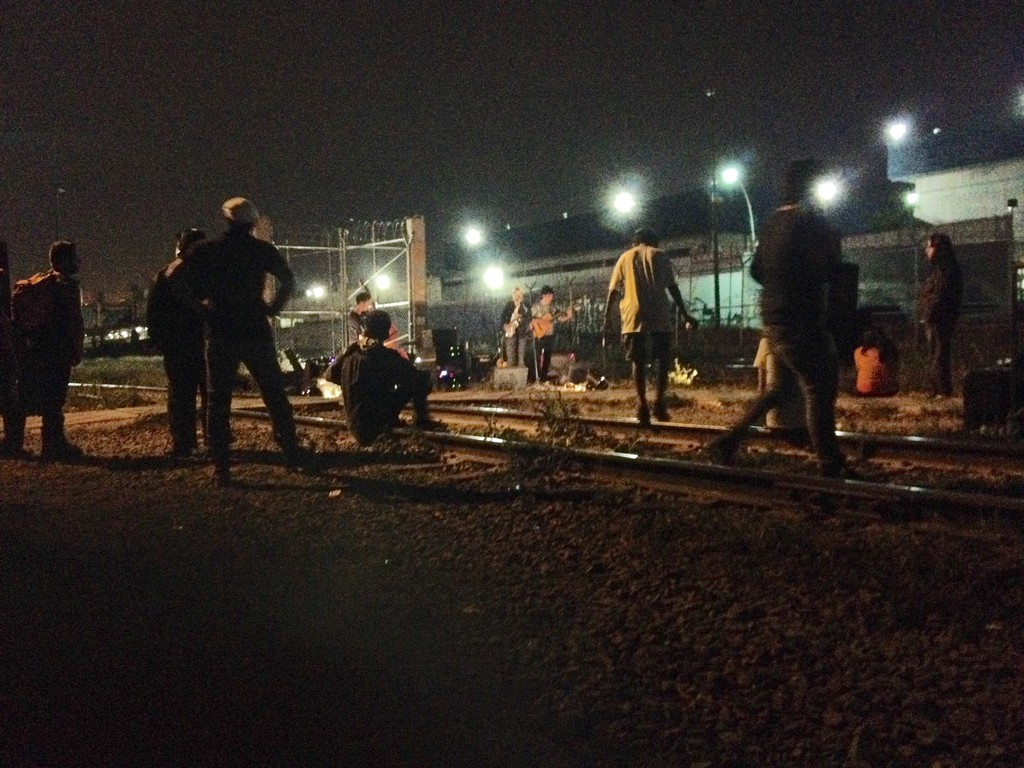 Festival en medio de las vías del tren