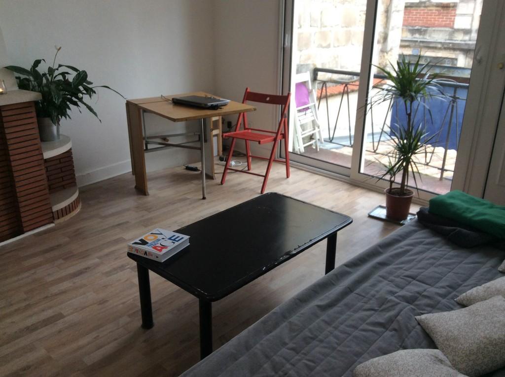 Salle grand apartement avec cuisine salon et balcon toilettes