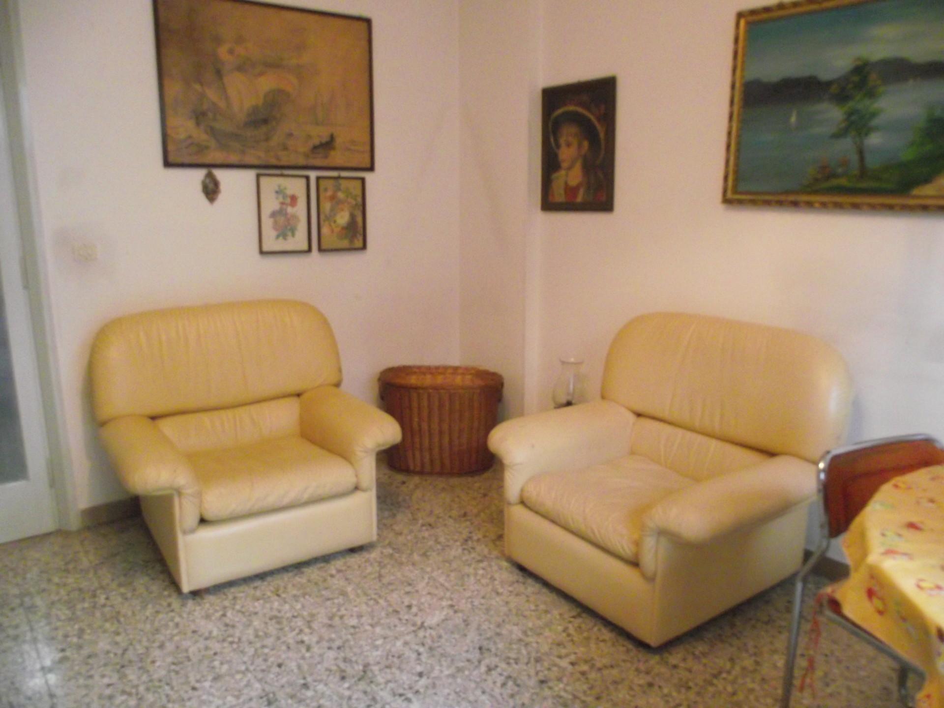 granda stanza soggiorno con divano letto matrimoniale in ...