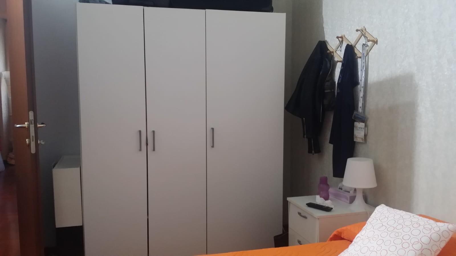 grande camera con due armadi e scrivania
