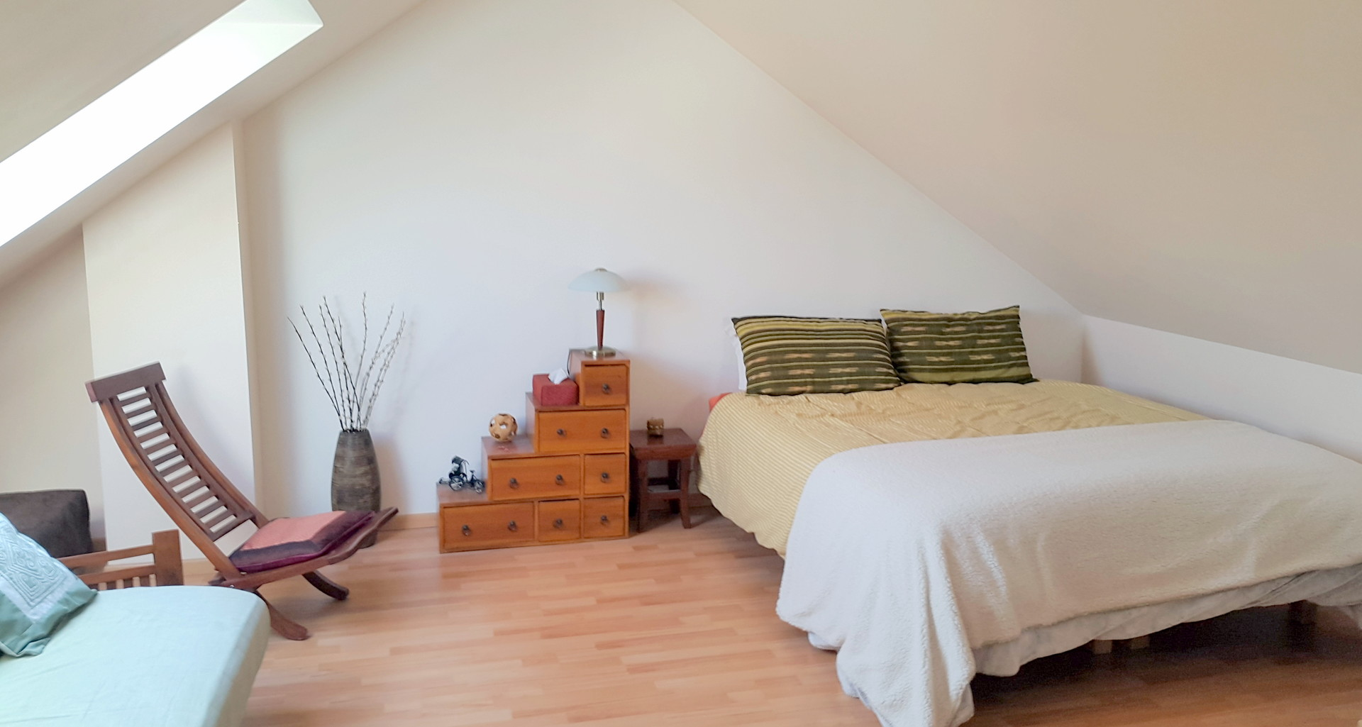 Grande chambre lumineuse et calme de plus de 25 m² (combles ...