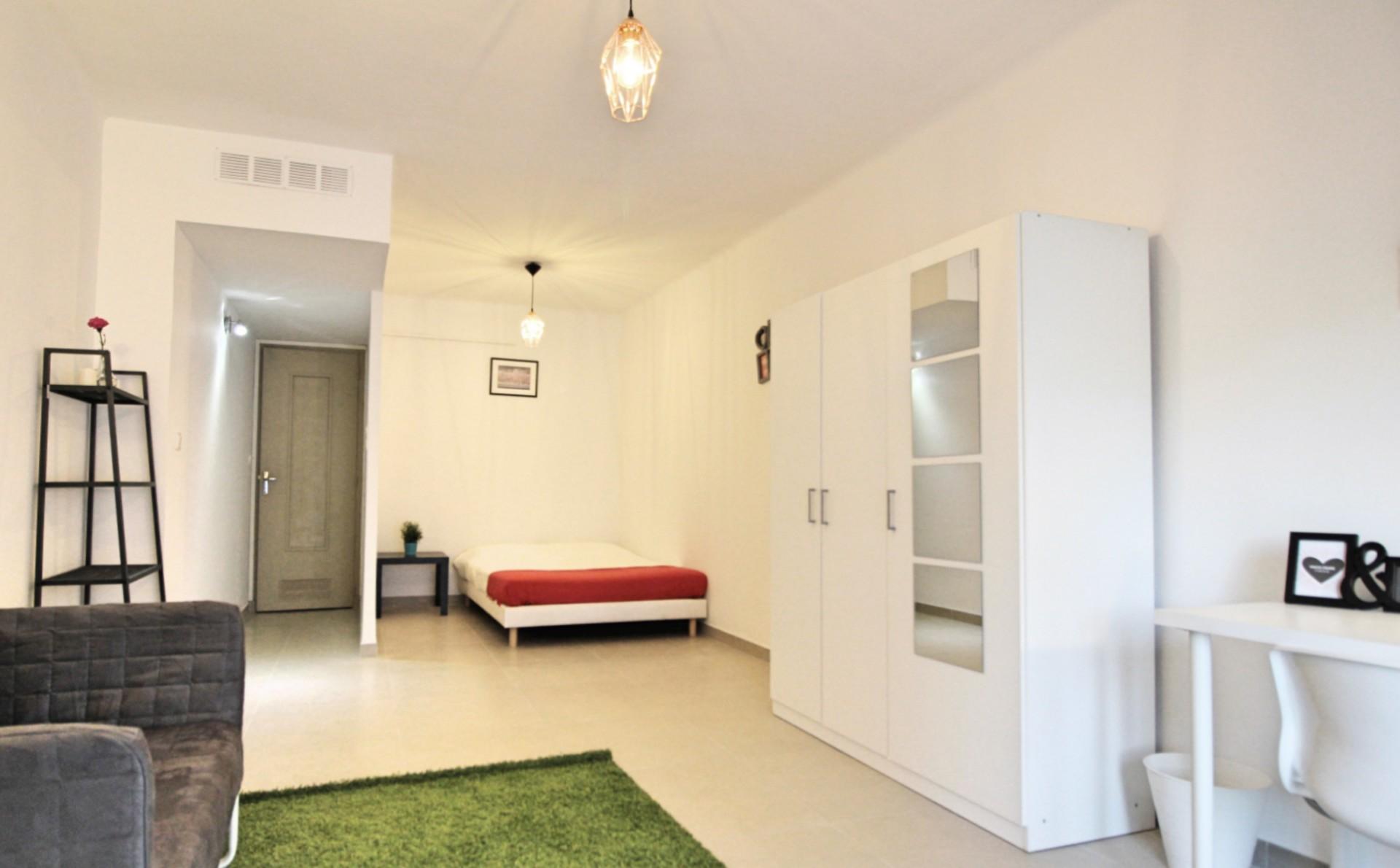 grande chambre meublée dans appartement refait à neuf