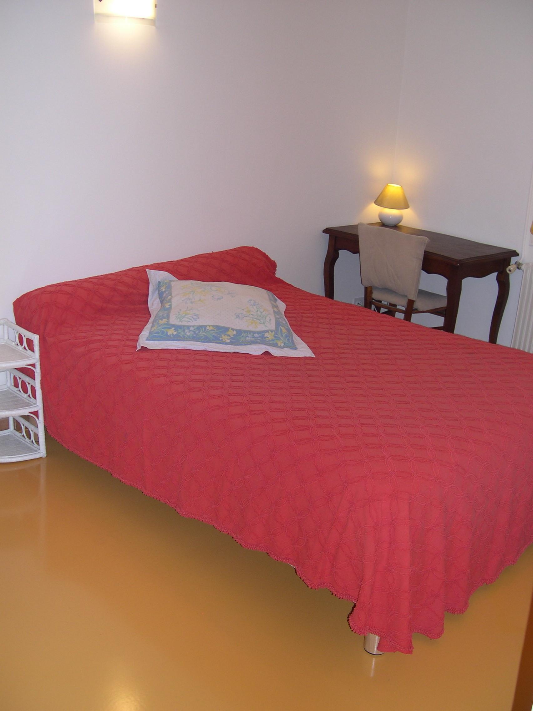 Grande chambre meublée double avec salle de bain et toilettes ...