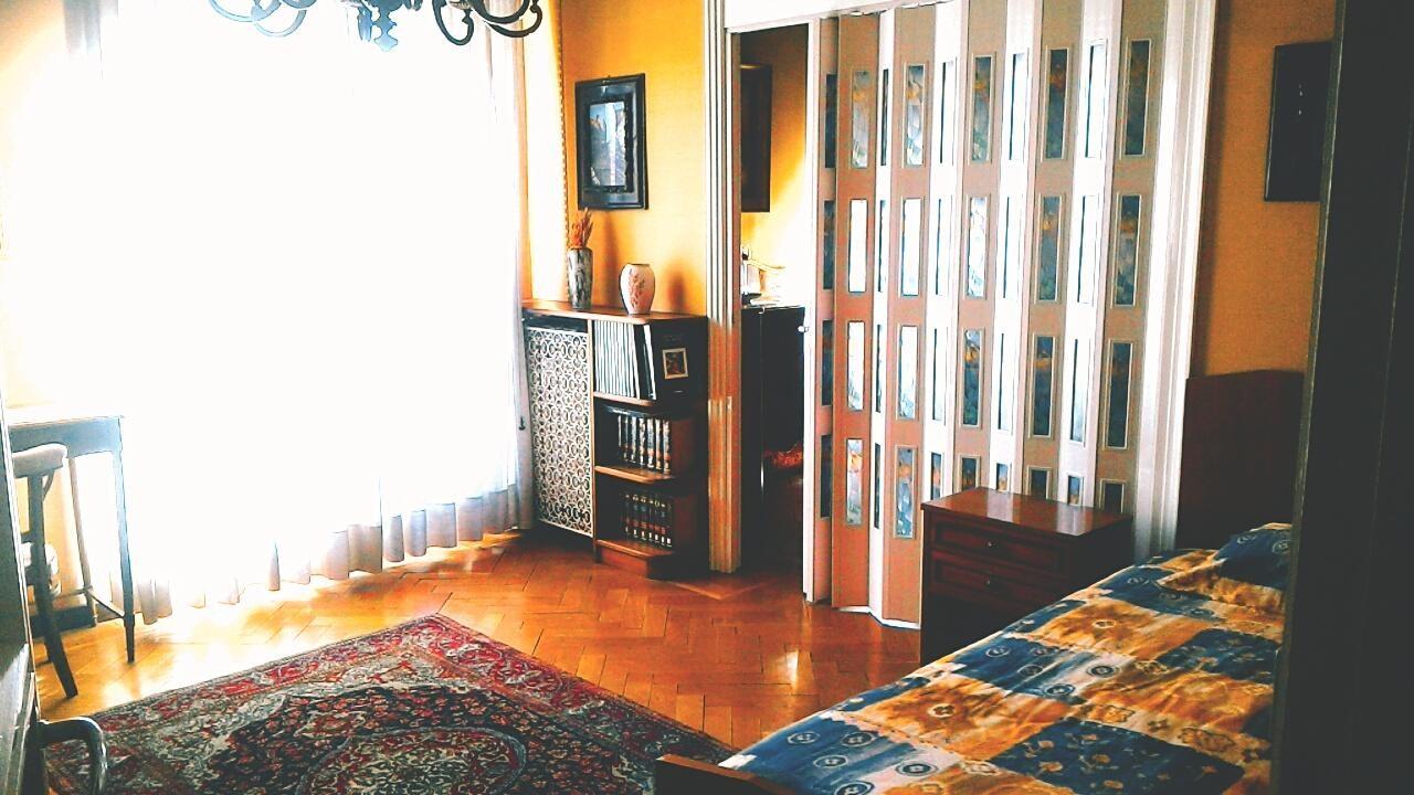 Grande stanza luminosa per una persona, arredata elegantemente